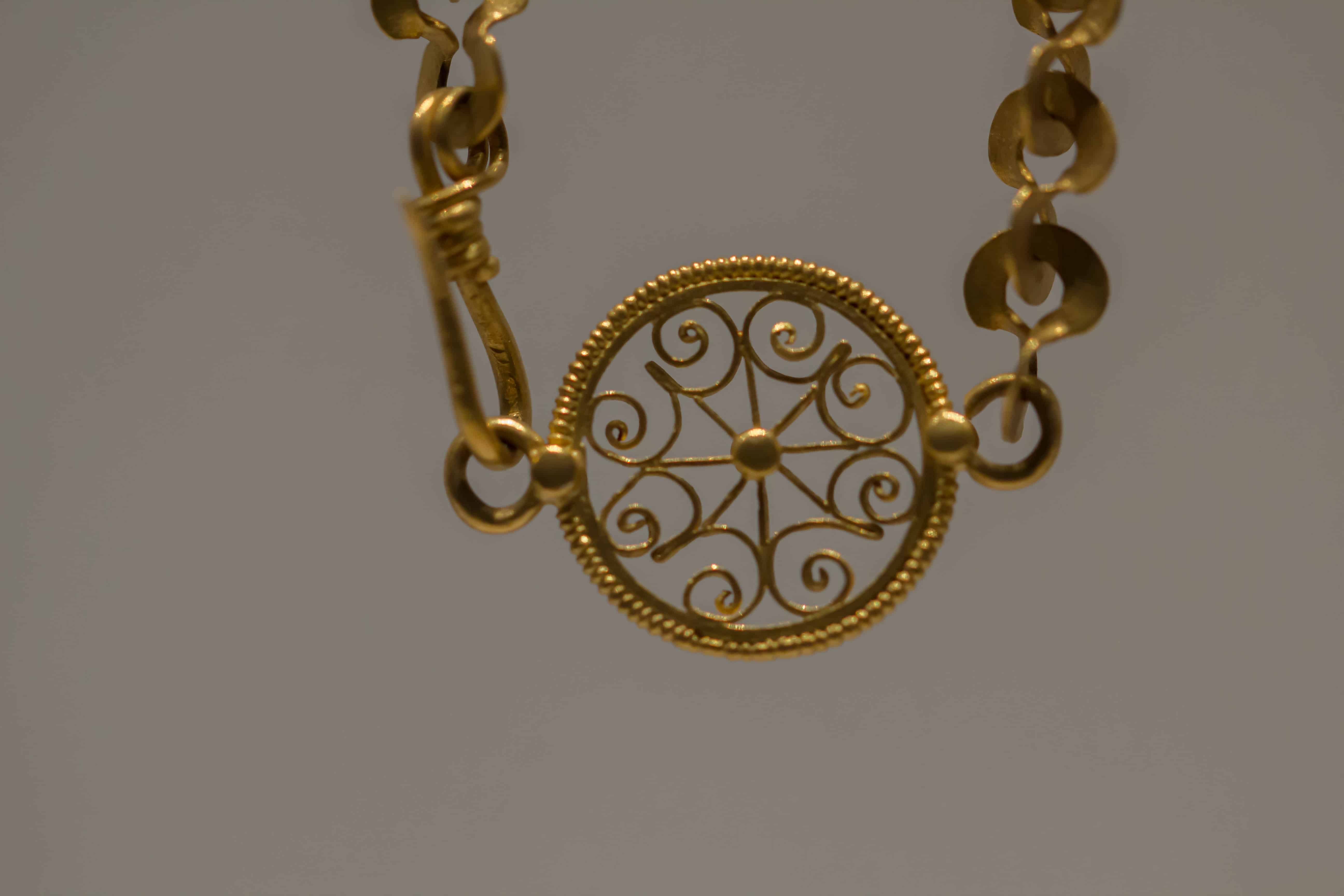 Detail Golden Necklace.jpg