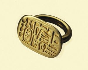 Signet Ring, ca. 664-404 B.C.E. Gold, 13/16 in., 0.5 lb. (2.1 cm, 0.2kg). Brooklyn Museum, Charles Edwin Wilbour Fund, 37.734E. Creative Commons-BY-NC.