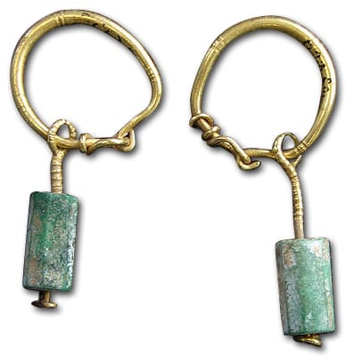 Gallo-Roman earrings of gold wire and emerald crystals